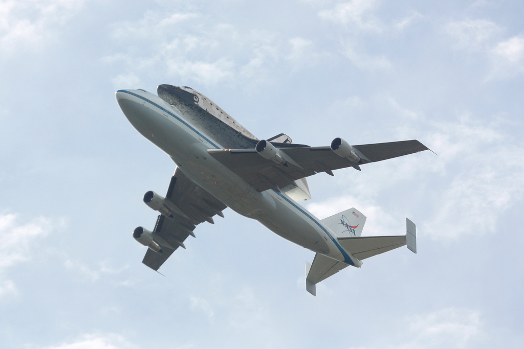 photo essay space shuttle discovery washington d c flyover discovery over d c